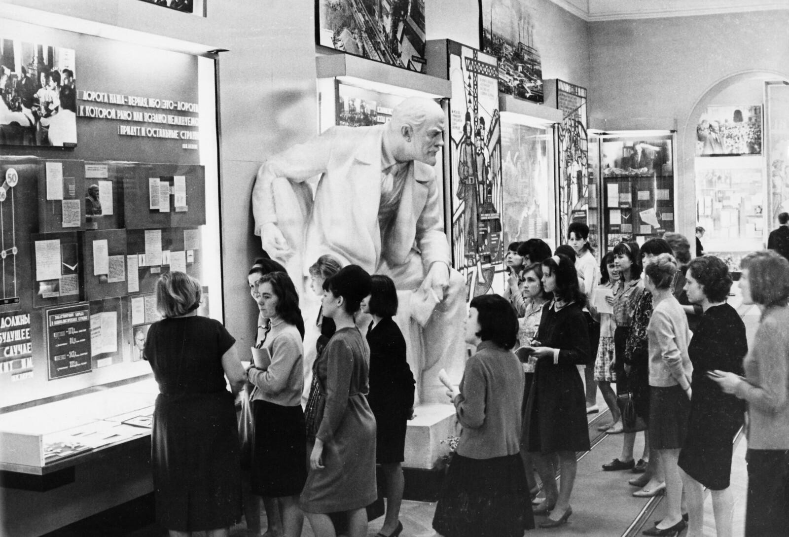 1966. Посетители осматривают экспонаты выставки «Триумф великих идей ленинизма» в Центральном музее Ленина в Москве