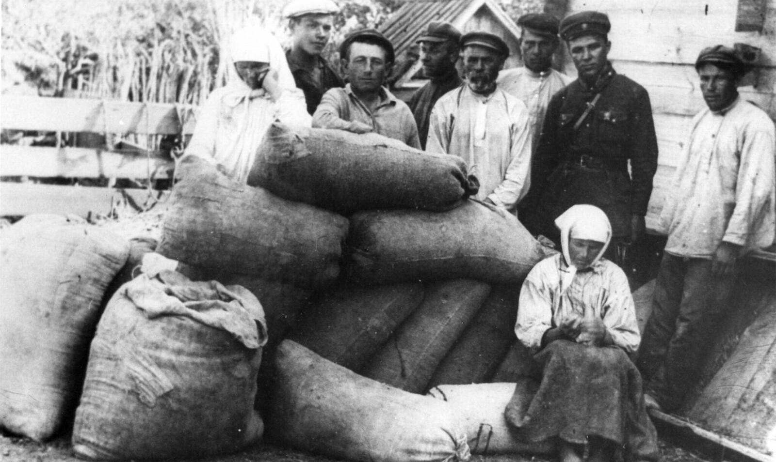 1930. Зерно, конфискованное у семьи кулаков в селе Удачое, Донецкая область