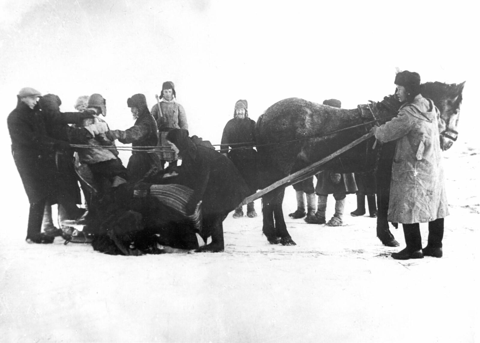1930. Кулака арестовывают при попытке спрятать реквизируемое государством зерно, колхоз Красный Лудорвай, Нижегородская область