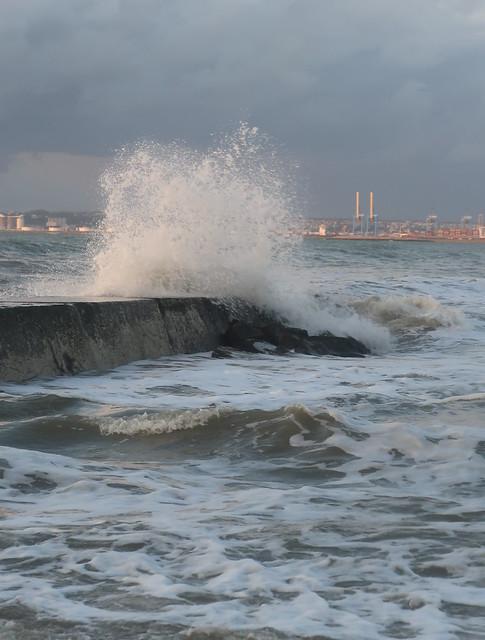 Les vagues près du parapet , plage de Villerville .