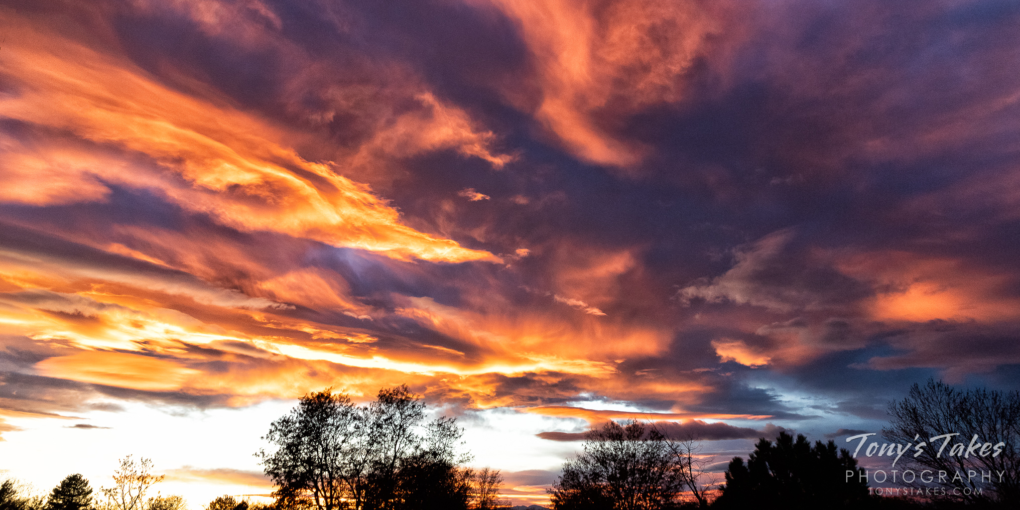 Panorama of a gorgeous Colorado sunset. (© Tony's Takes)