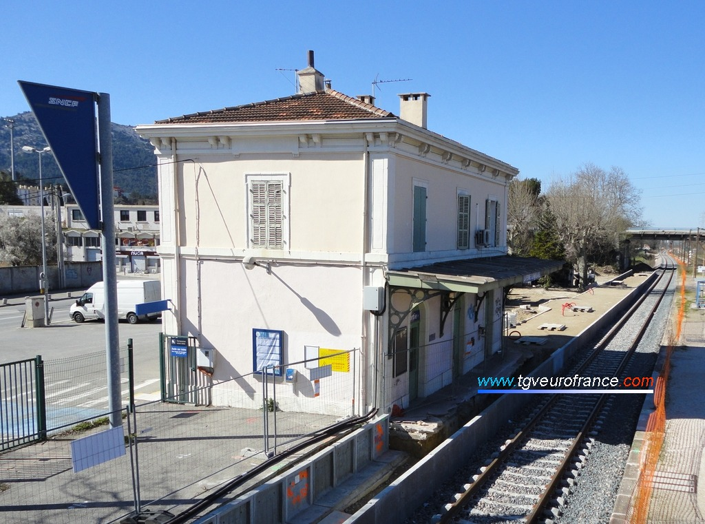 Aménagement des quais en gare de La Penne-sur-Huveaune dans le cadre des travaux pour la troisième voie entre Marseille et Aubagne