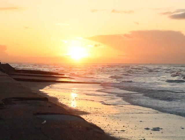 Coucher de soleil sur la plage de Villerville .