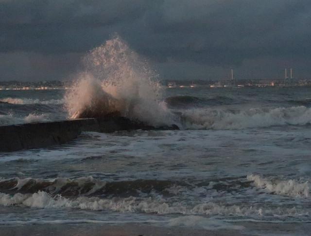 Une vague qui vient claquer le parapet !