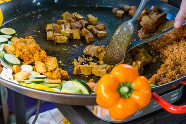 Lord of Tofu - Herzhaftes Tofu Barbecue in einer großen Pfanne zum Probieren vorbereitet