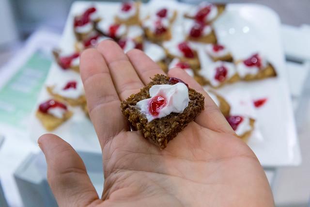 Kleines dunkles Brot mit Quarkalternative Simply als die perfekte pflanzliche Alternative