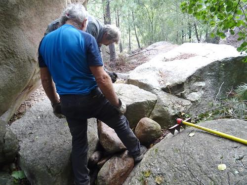 Aménagement de marches derrière le rocher basculé