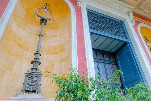 .. davanti il portone di entrata del Teatro Massimo ..