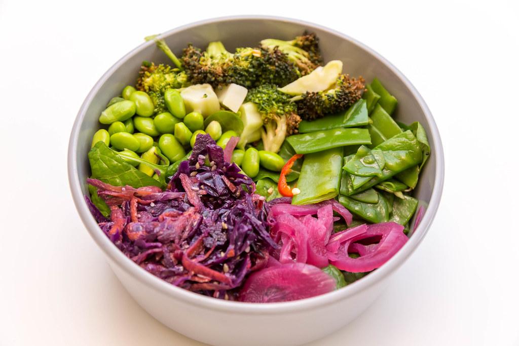 Fresh Eden Bowl mit Zuckerschoten, Edamame, Spinatsalat, gerösteter Brokkoli, Ruccola, eingelegte Zwiebeln, Sesam-Rohkostsalat, Koriander und Sesam-Ingwer Dressing