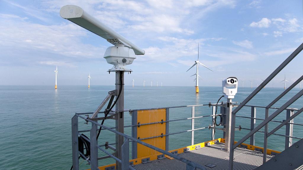离岸风电调查是由业者出资,如果资料不开放,环评将很难评估生态影响。图为英吉利海峡上一处风场,配备鸟类监测的研究仪器。图片来源:VATTENFALL