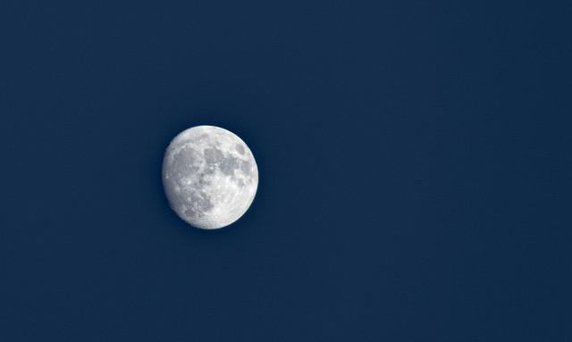 La lune est là
