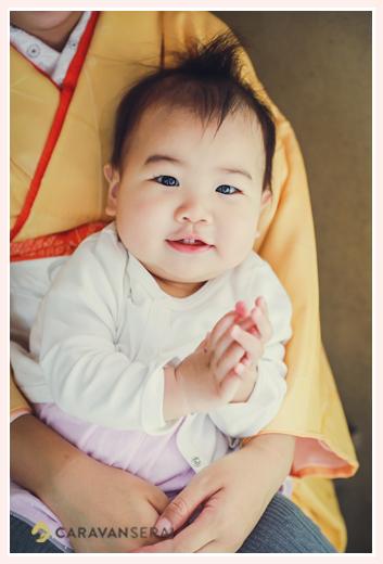 11か月の女の子 ママのお膝の上で