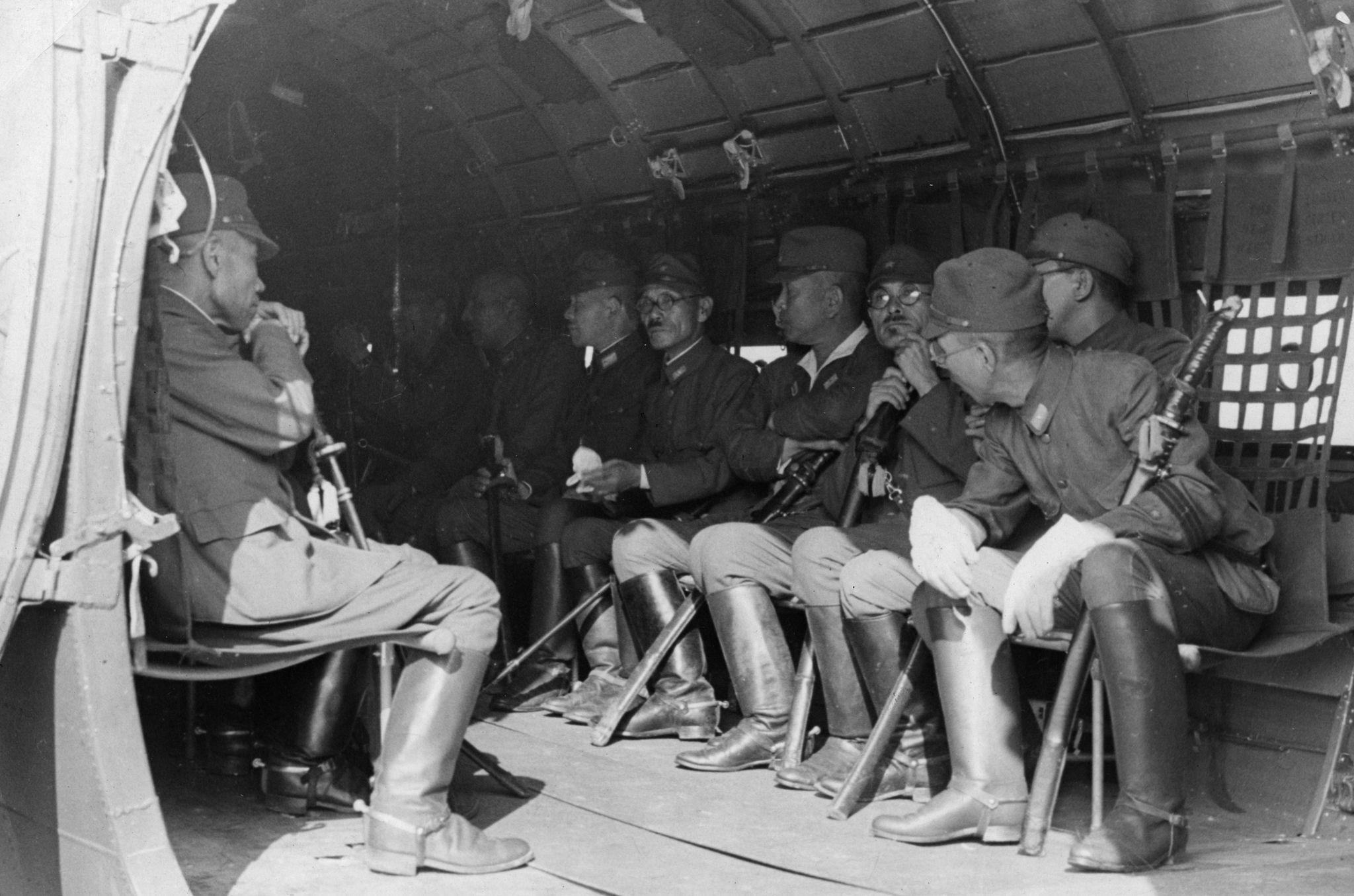 1945. Маньчжурская операция. Японские генералы третьего фронта Квантунской армии переправляются в тыл советской армии после капитуляции в Мукдене