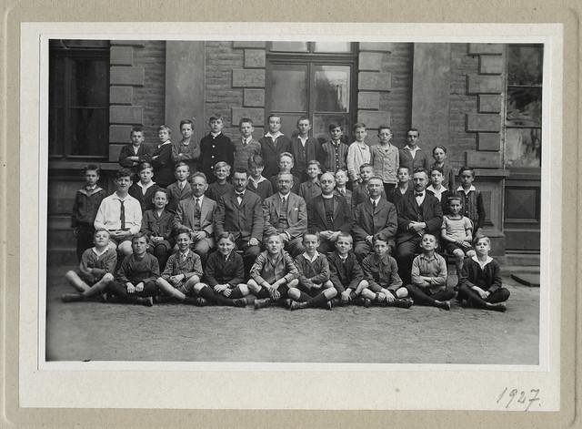 Archiv U380 Die Lehrer mit den Schülern (front), 1927
