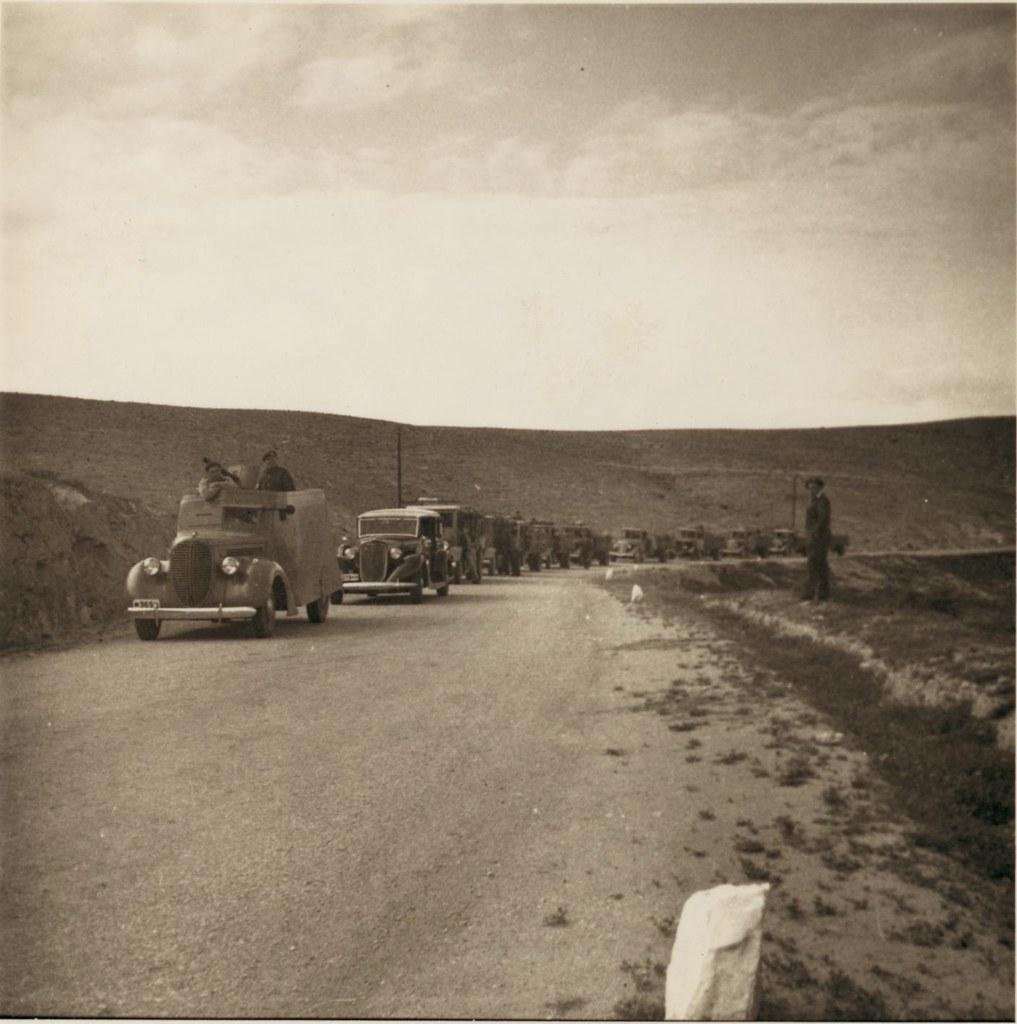 07. 19 марта. Автомобиль генерального консула Уодворта, в котором мы ехали, сопровождая грузовые автомобили на дороге в Иерихон во время арабских волнений