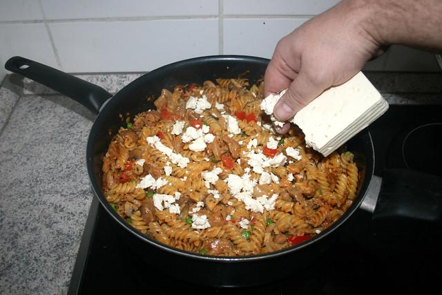 10 - Feta hinein bröseln / Add crumbled feta