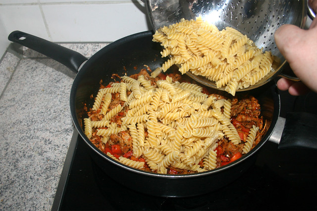 05 - Nudeln in Pfanne geben / Put pasta in pan