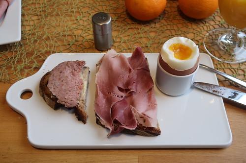 Schnittfeste Leberwurst und Kochschinken auf Majanne-Brot zum Frühstücksei