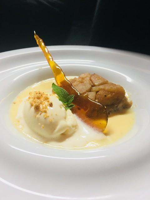 Compota de manzana en milhojas con helado de canela sobre natillas