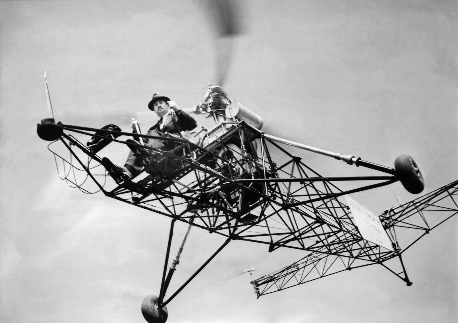 1930. Игорь СИКОРСКИЙ на своем вертолете, с которым он побил рекорд продолжительности пребывания в воздухе (один час 32 минуты 30 секунд) в Бриджпорте, штат Коннектикут