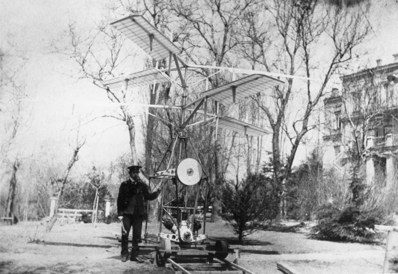 1910. Игорь Иванович Сикорский с одним из своих первых вертолетов