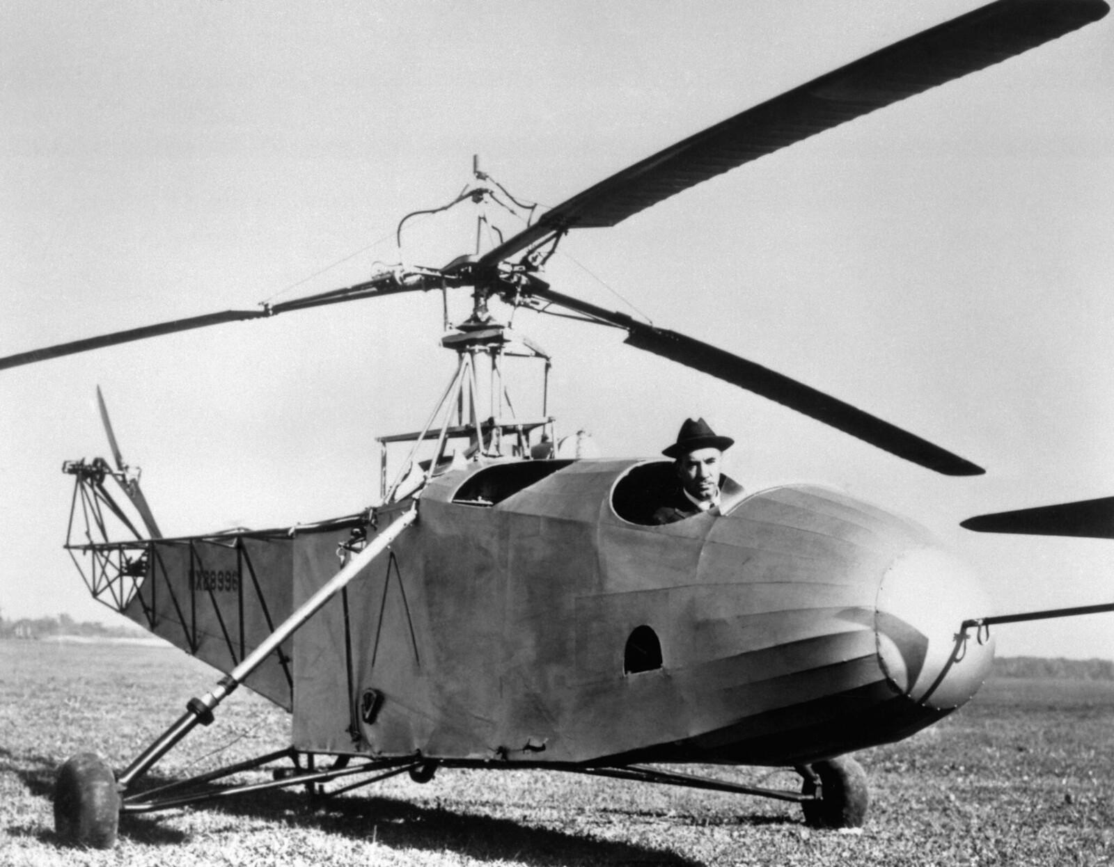 1943. Игорь Сикорский в кабине одного из вертолетов, которые он построил, bc-300