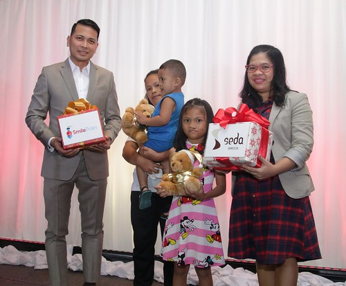 GM Ken Kapulong and Ms. Marie Bumanlag exchange gifts to symbolize Seda's commitment to help more children in Smile Train