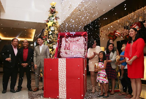 GM Ken Kapulong with his ManCom, Ms. Marie Bumanlag and Smile Train kids and DOT RD Tanya Rabat-Tan open the Christmas gift box to light up the hote