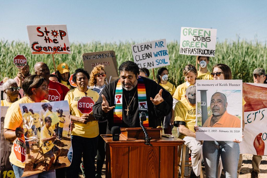 路易斯安那居民在台塑預定設廠的甘蔗田旁表達反對意見。(圖片來源:William Widmer/Rolling Stone)