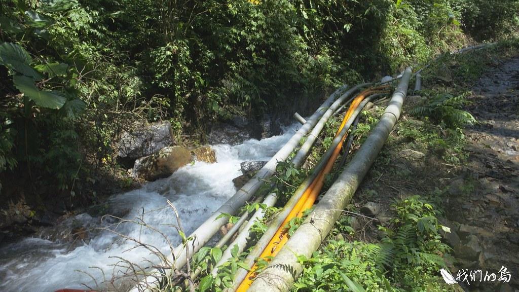 中華村雖然鄰近自來水取水口,卻沒有自來水可用,居民必須自己從野溪接管。