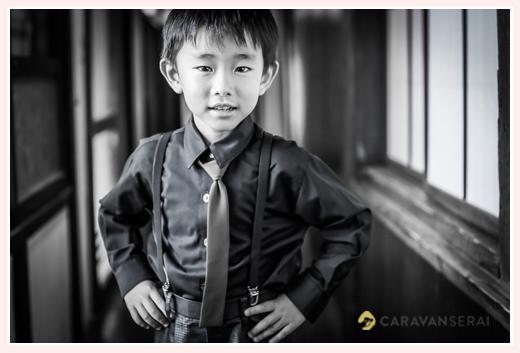 七五三 服装 ネクタイ姿の男の子 モノクロ写真