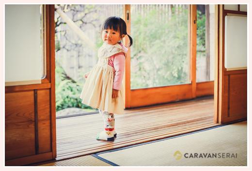 古民家で家族写真のロケーションフォト 縁側に立つ女の子