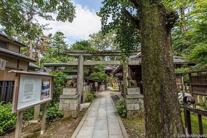 Entrada al santuario Shirakumo