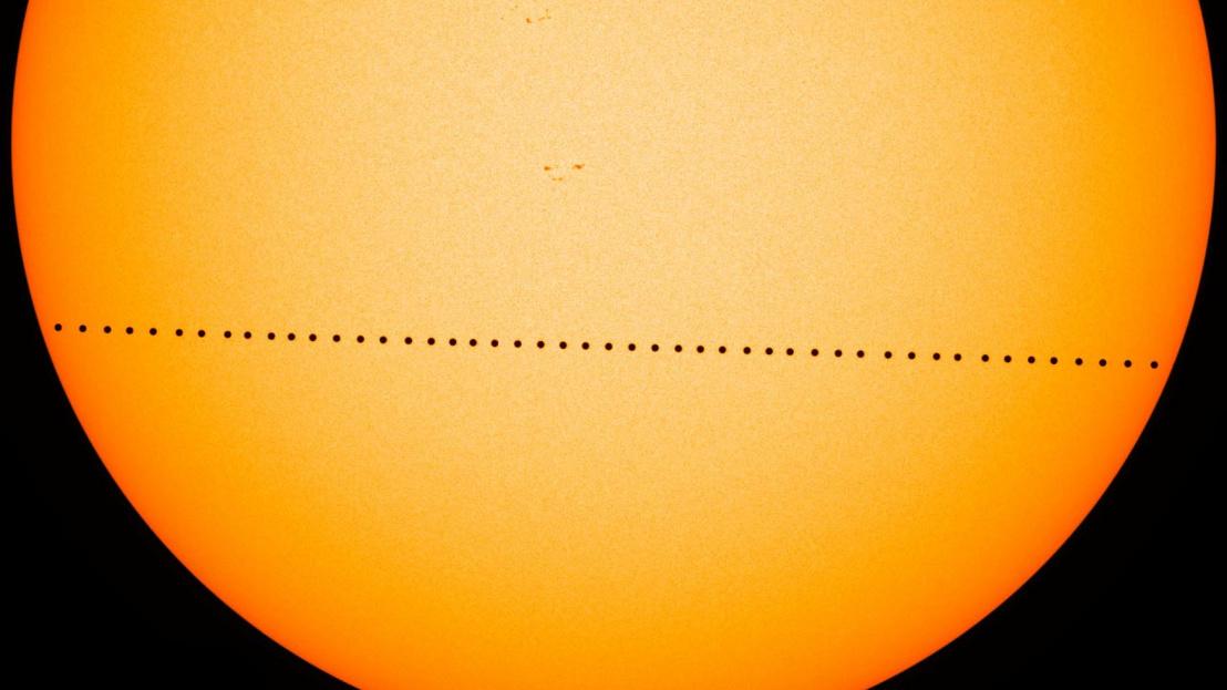 A Dóm térről is látszódik majd, ahogy ma áthalad a Merkúr a Nap előtt