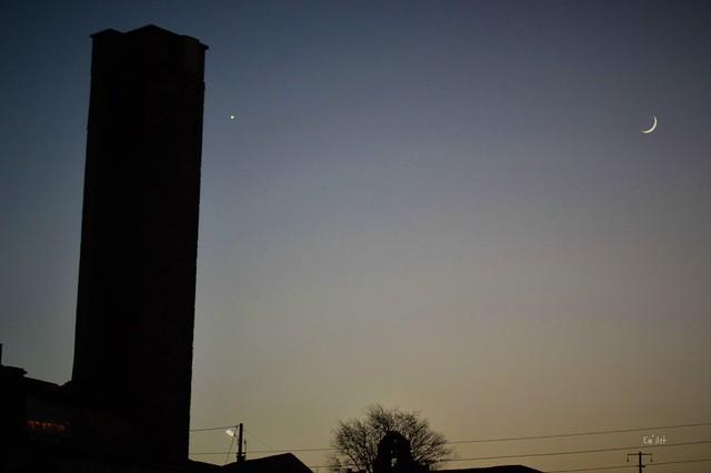 Lune, Vénus et la Tour de Boucoiran, Gard.