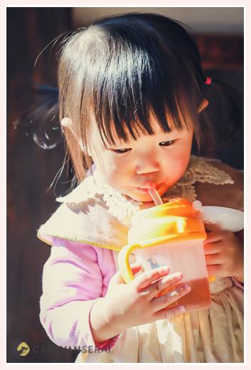 お茶を飲む1歳の女の子 かわいい♡
