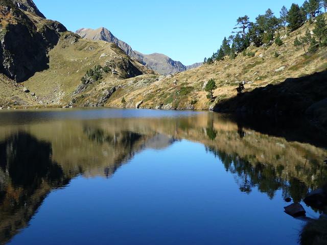 Reflet sur le lac de montagne