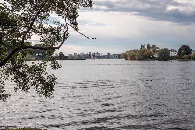 Berlin, Park des Jagdschlosses Glienicke: Blick über die Havel nach Potsdam - Berlin, Glienicke Hunting Lodge Park: Looking across the Havel towards Potsdam