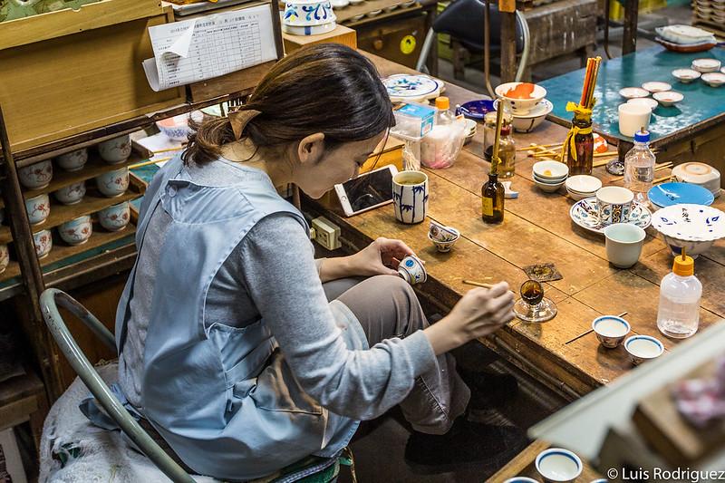 Artesana de la cerámica en Tajimi