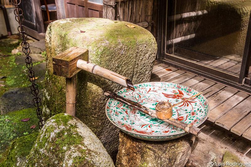 Plato de cerámica con tonos verdes y rojizos, obra de Kohei Kato (quinta generación)