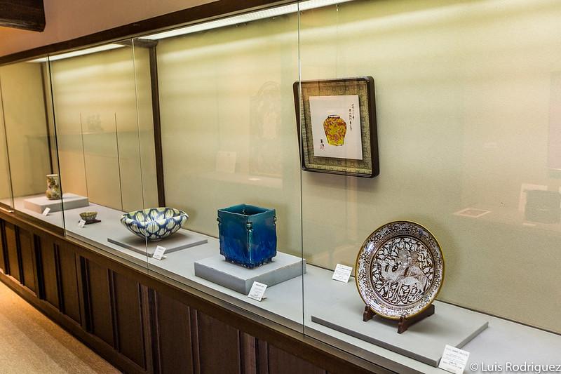 Jarrón glaseado en azul persa junto con otros artículos (lustrados o no)