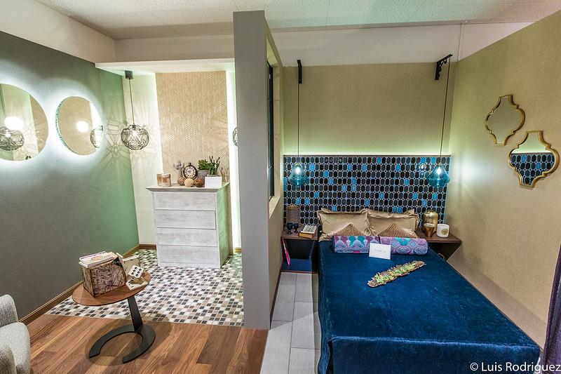 Paredes decorativas y suelos con con azulejos en modernas habitaciones