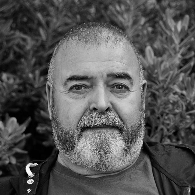 Carles, 65 anys, català, assegut tranquil.lament en un banc de l'Avinguda de Josep Tarradellas.