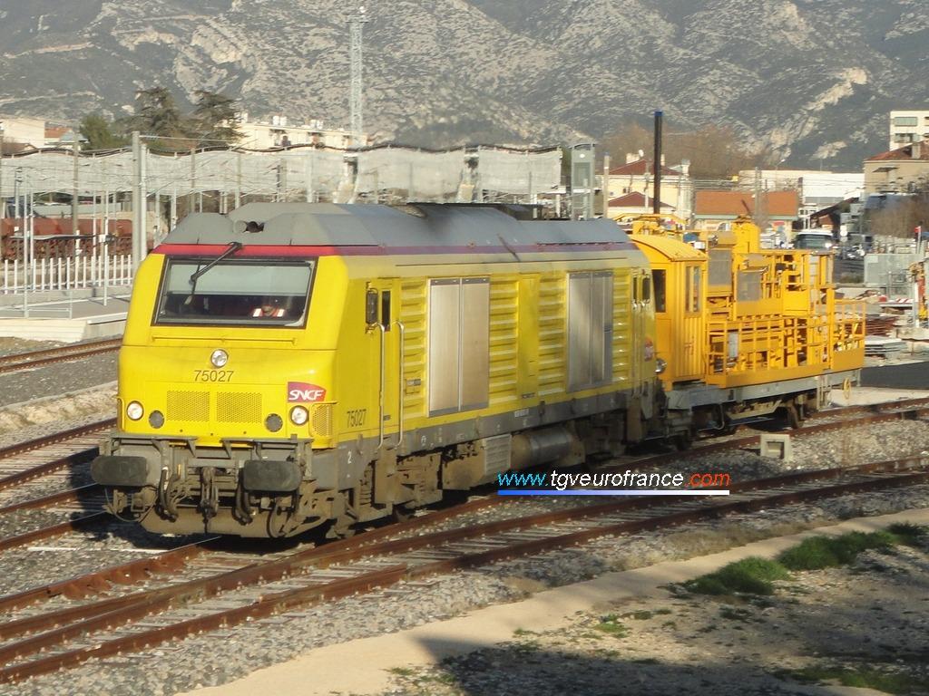 La locomotive thermique BB 75027 PRIMA tractant un APMC