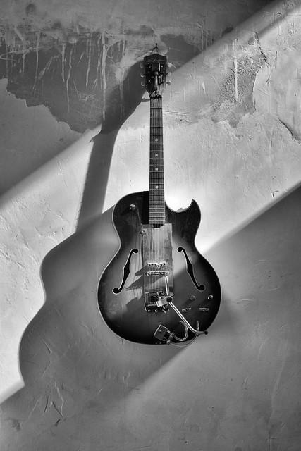 Guitarra en la pared