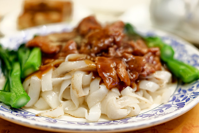 Stir-fried rice noodles with beef and vegetable