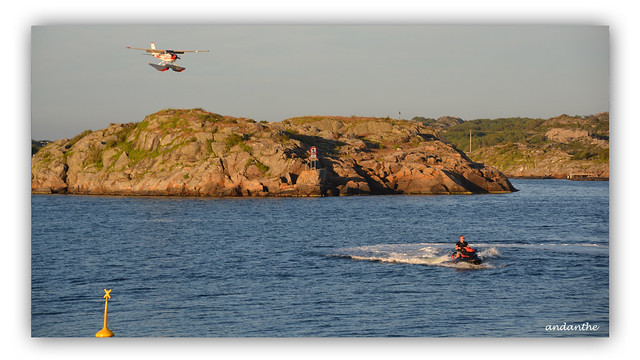 2 Floatplane towards jet ski
