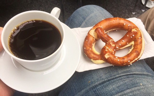 Coffee & Mini butter pretzel / Kaffee & Zwerg-Butterbrezel
