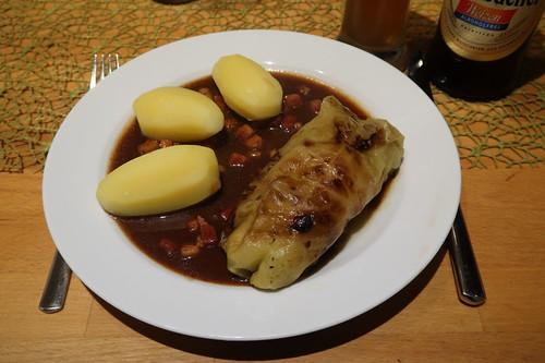 Kohlrouladen mit Specksoße und Salzkartoffeln