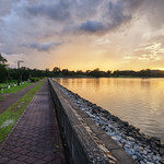 2. Detsember 2018 - 12:47 - Walking along Lower Pierce Reservoir in Singapore. This sunset appeared for a few minutes right after a heavy rainfall!
